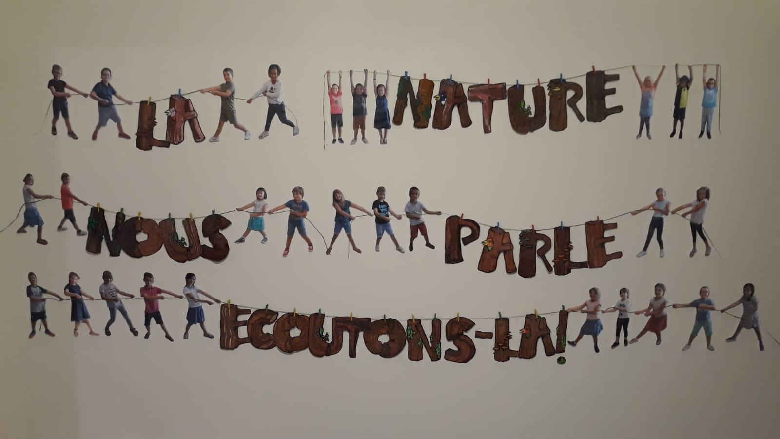Les Ce2 portent notre projet d'école à bout de bras à travers une activité artistique pleine d'humour .