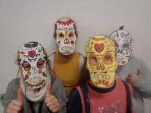 Read more about the article Rentrée aux couleurs du Mexique pour les 5èmes (masques réalisés en Arts P)